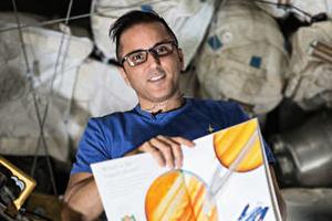 太空人為地球上小孩讀床邊故事