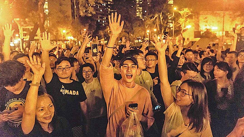民主派大獲全勝,成功勝出區議會選舉。圖為2019年11月25日凌晨在街頭開心慶祝的市民。( by Billy H.C. Kwok/Getty Images)