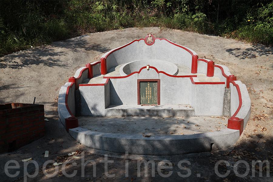 大型墓碑是近年來廖氏十世祖後人重修的祖墳。(陳仲明/大紀元)