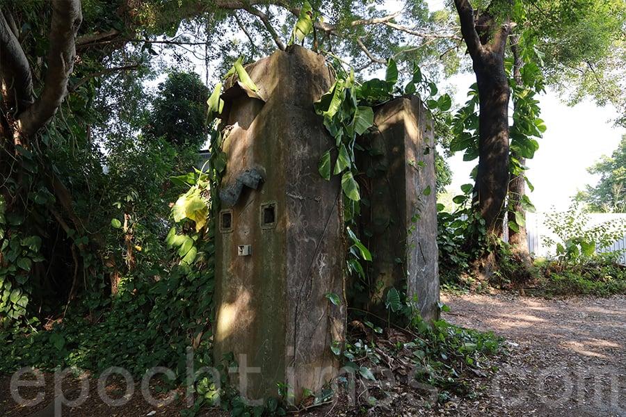 有四方形的孔洞的灰色建築原來是過去夾石機的四條機頭柱。(陳仲明/大紀元)