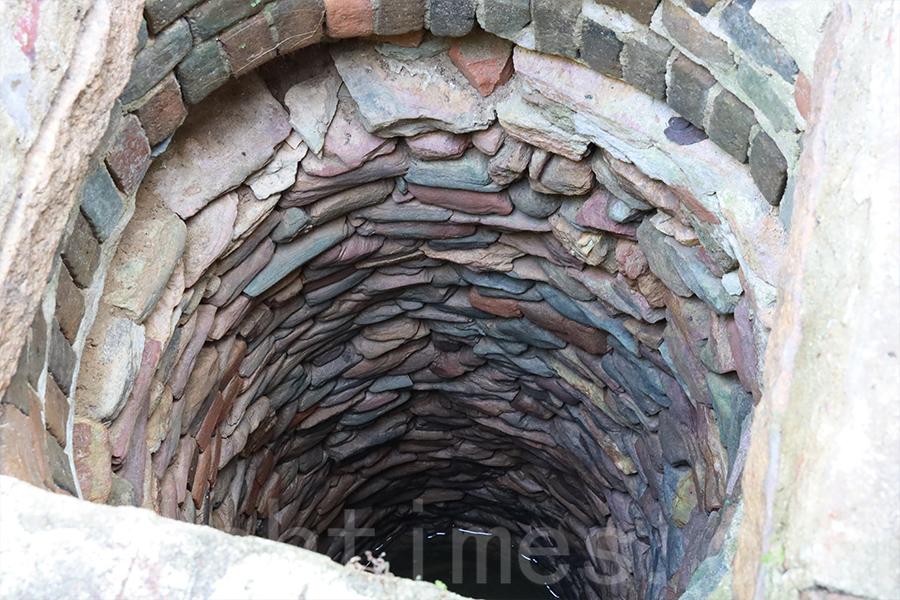 村中的百年古井獨具特色,就地取材,用碎小的彩色石塊堆砌而成,沒有使用任何黏合劑。(陳仲明/大紀元)