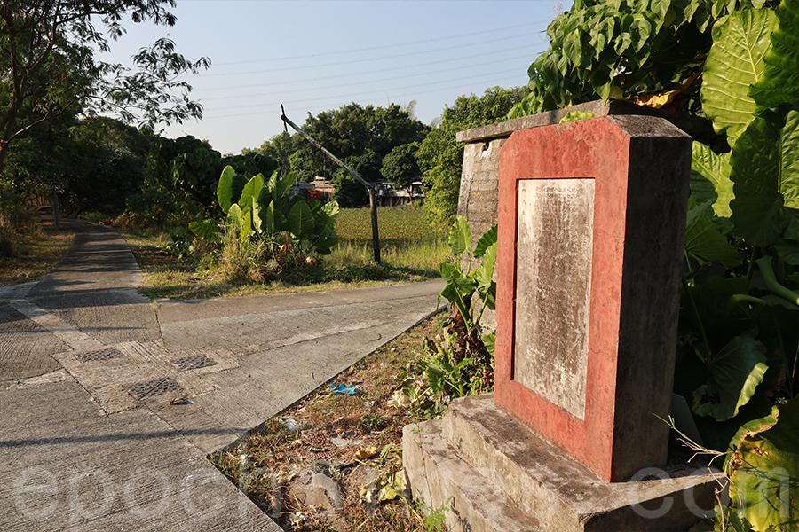 在梧桐河畔還有一個碑石,這是1954年政府在梧桐河維修的梯級形的石壩,以防洪水,立碑為證。(陳仲明/大紀元)