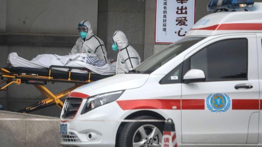 湖北武漢市醫務人員2020年1月17日將患者轉移到金銀潭醫院。(STR/AFP via Getty Images)