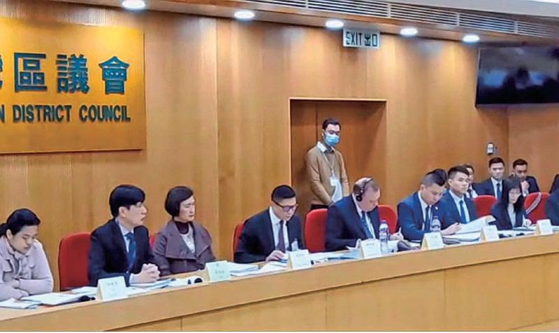 鄧炳強(左四)昨日出席荃灣區議會會議,超過10名區議員向他質詢警暴,警員面對暴徒襲擊市民時不作為等問題。(葉依帆/大紀元)