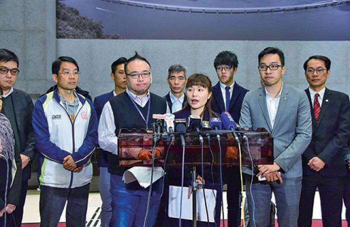 民主派十七區區議會正副主席昨日與陳茂波會面,他們建議全民派錢一萬元等。(郭威利/大紀元)