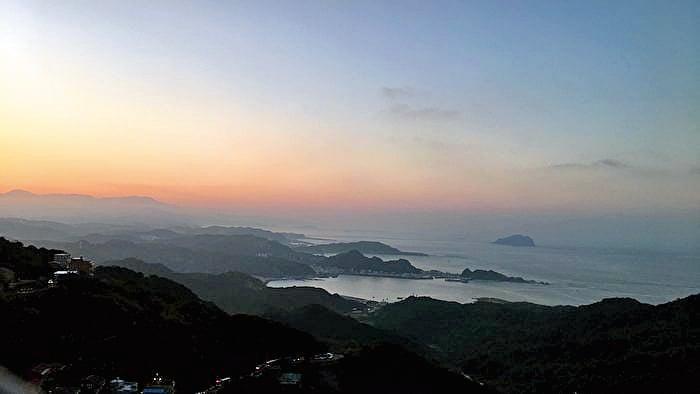 九份黃昏遠眺基隆嶼,晨昏景緻各有韻味。