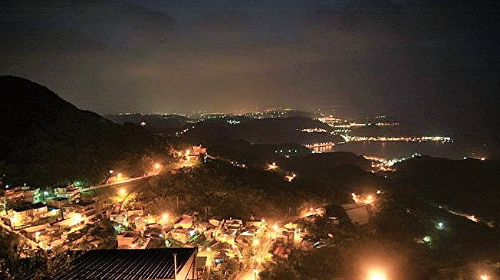 燈火通明的九份夜晚,遠眺海面漁火點點。