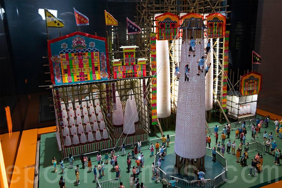 長洲太平清醮活動模型,花牌、包山製作的仿真度頗高。(陳仲明/大紀元)