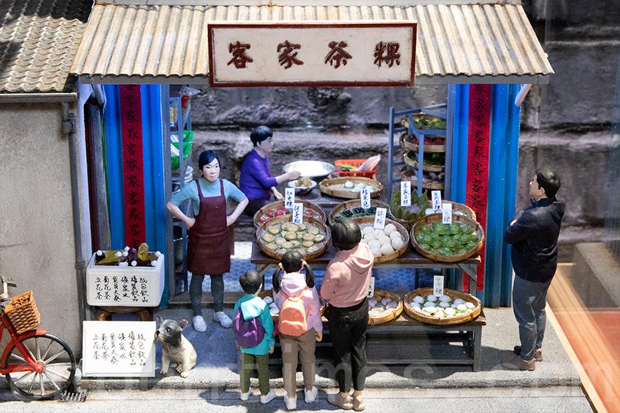 作品「茶粿店」,以客家茶粿作為背景,蒐集十多種類型的茶粿。(陳仲明/大紀元)