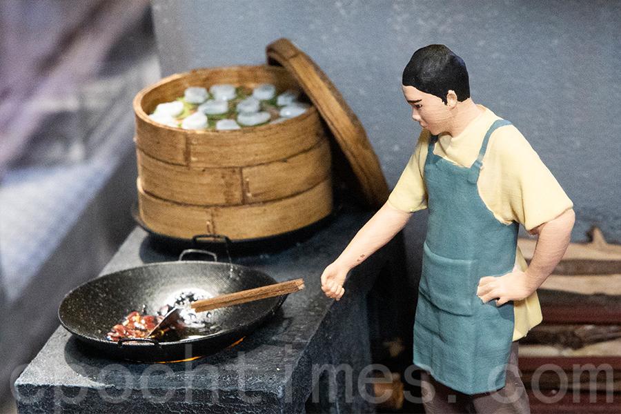 展品展現了傳統的柴火茶粿製作過程。(陳仲明/大紀元)