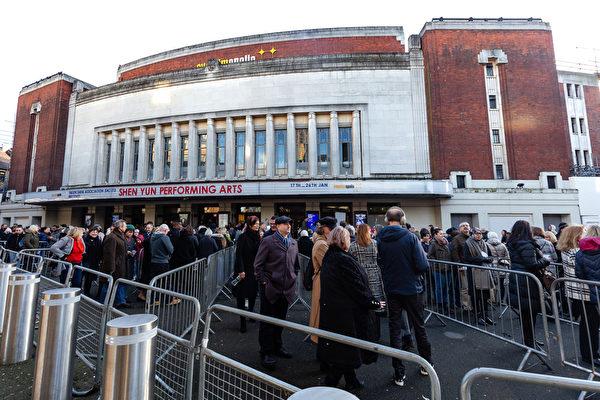 2020年1月22日下午,神韻國際藝術團在倫敦Eventim Apollo劇院的演出再次爆滿,圖為倫敦Eventim Apollo劇院。(羅元/大紀元)