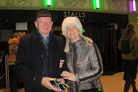 2020年1月22日下午,擁有多家公司的總裁Michael McKeown夫婦觀看了神韻在英國的演出。(麥蕾/大紀元)