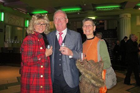2020年1月22日下午,Robert Kemp先生和妻子Brenda Kemp受朋友Louise Clarkson邀請,觀看了神韻在倫敦的演出。(麥蕾/大紀元)