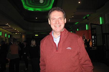 2020年1月22日下午,物業公司總監Michael O』Connor在英國倫敦Eventim Apollo(LONDON Eventim Apollo)劇院觀看神韻。(肖憫/大紀元)