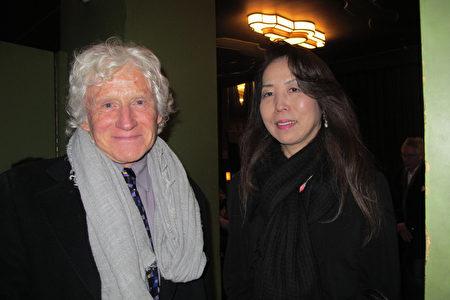 2020年1月22日下午,來自日本的畫家渡邊裕美和丈夫Gregory Page先生一同觀看了神韻在英國的演出。(麥蕾/大紀元)