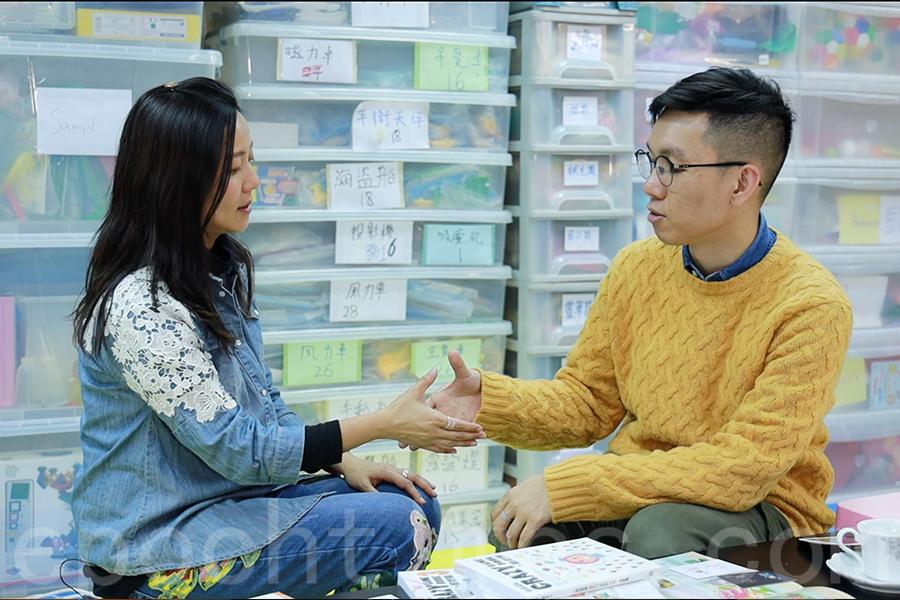 「遊戲博士」王詠詩(左)示範新年趣味遊戲——姨媽姑姐叔伯兄弟。(陳仲明/大紀元)