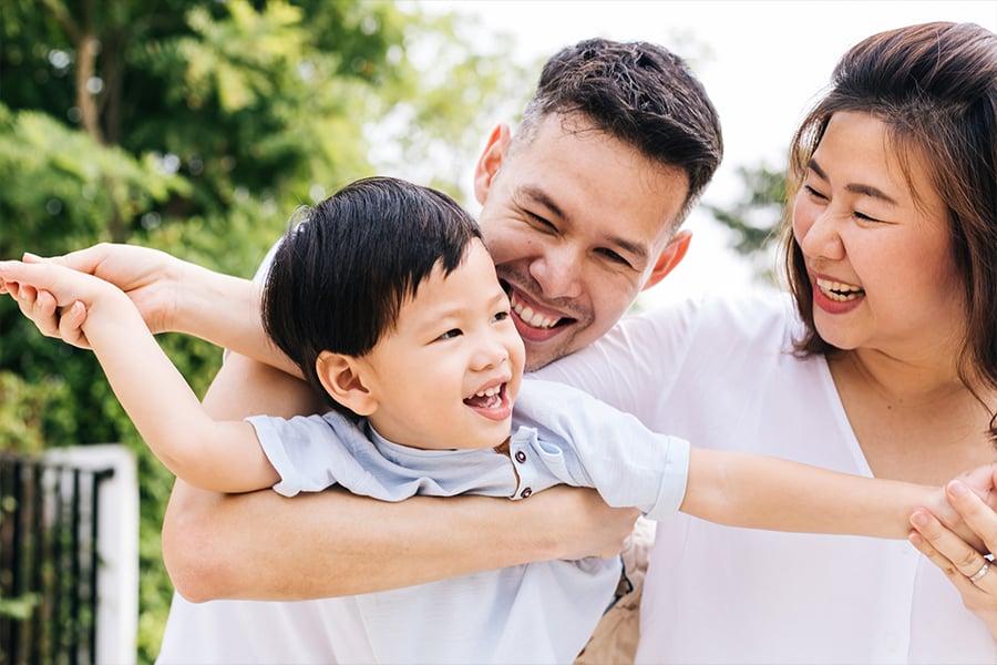 父母多擁抱子女,可助其提升情緒管理。(fotolia)