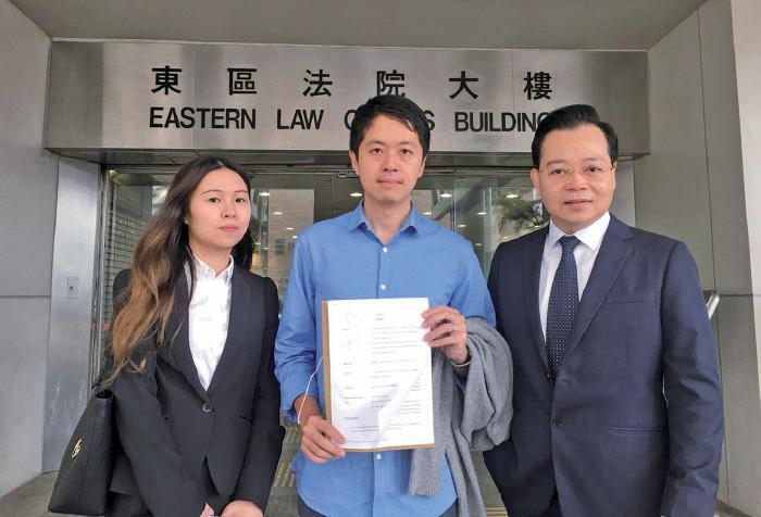 許智峯(中)昨日正式向法庭提出私人刑事檢控申請,控告11月11日在西灣河開槍的警員關家榮意圖謀殺罪。(陳泓銘/大紀元)