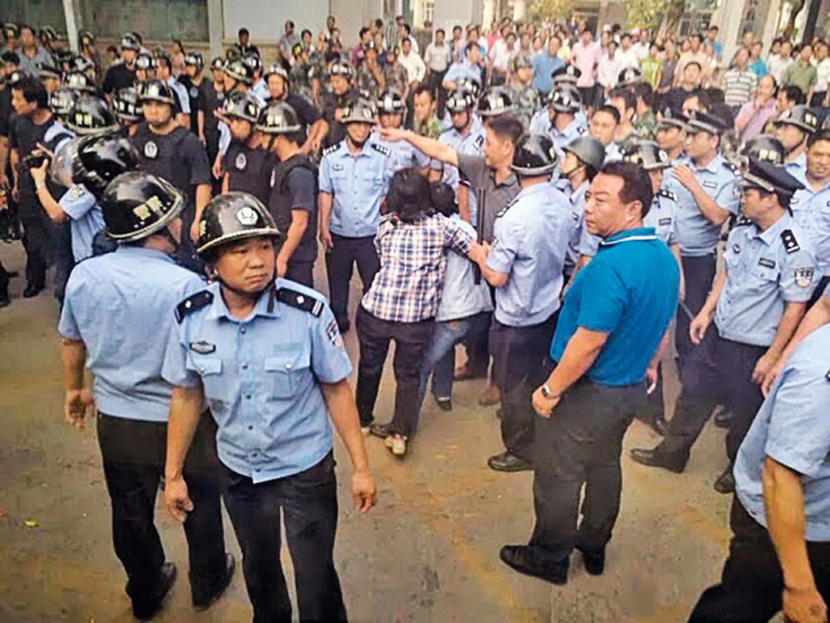 2013年11月9日,廣西南寧市上千賴坡村村民到縣政府門外,抗議當局官商勾結,商人強行炸山開礦,破壞環境和污染水源空氣,遭警察暴力清場。(村民提供)