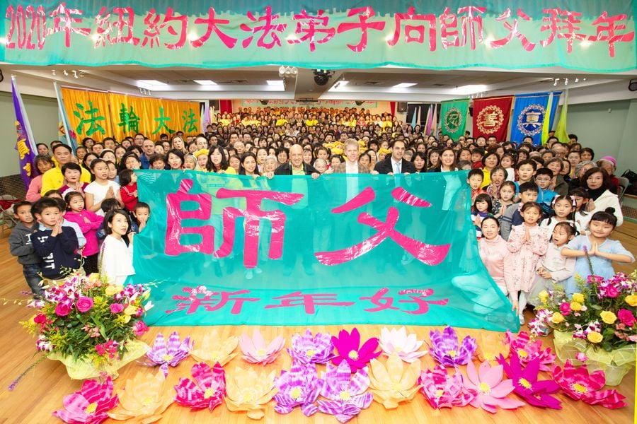 逾600名法輪功學員雙手合十,向法輪功創始人拜賀新年,並表達感恩。 (張學慧/大紀元)