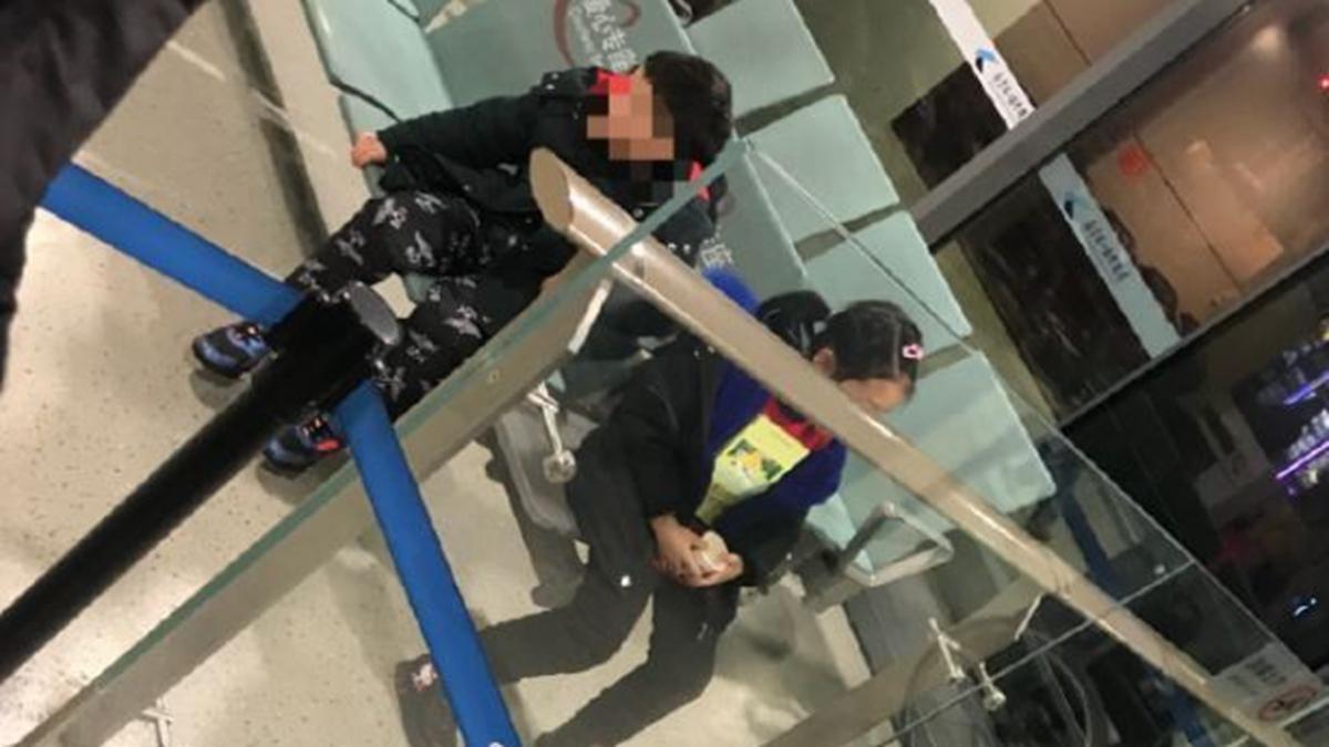 兩個幼童被父母拋下無助的在機場等待。(微博圖片)