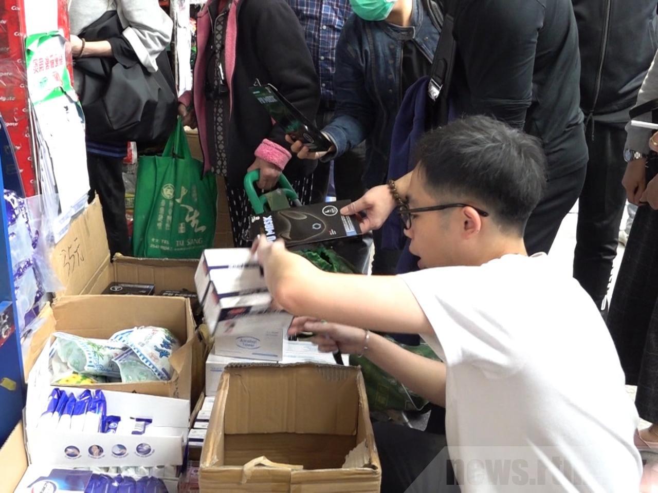 武漢肺炎來勢洶洶,武漢等13個市縣宣佈「封城」,本港確診個案仍不斷增加。人心惶惶之下,市面上的口罩被搶購。(RTHK)