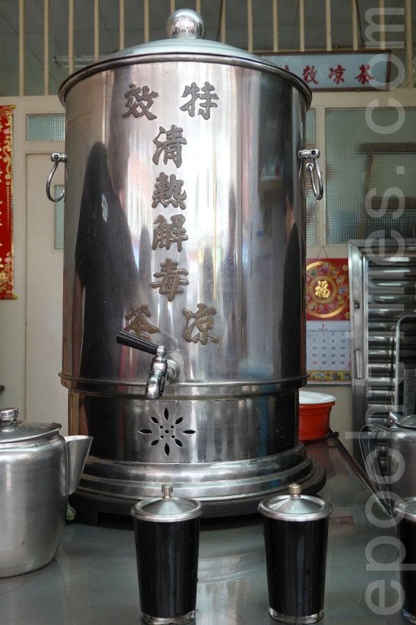 涼茶舖桌上的大銅壺已經使用超過半世紀。(曾蓮/大紀元)
