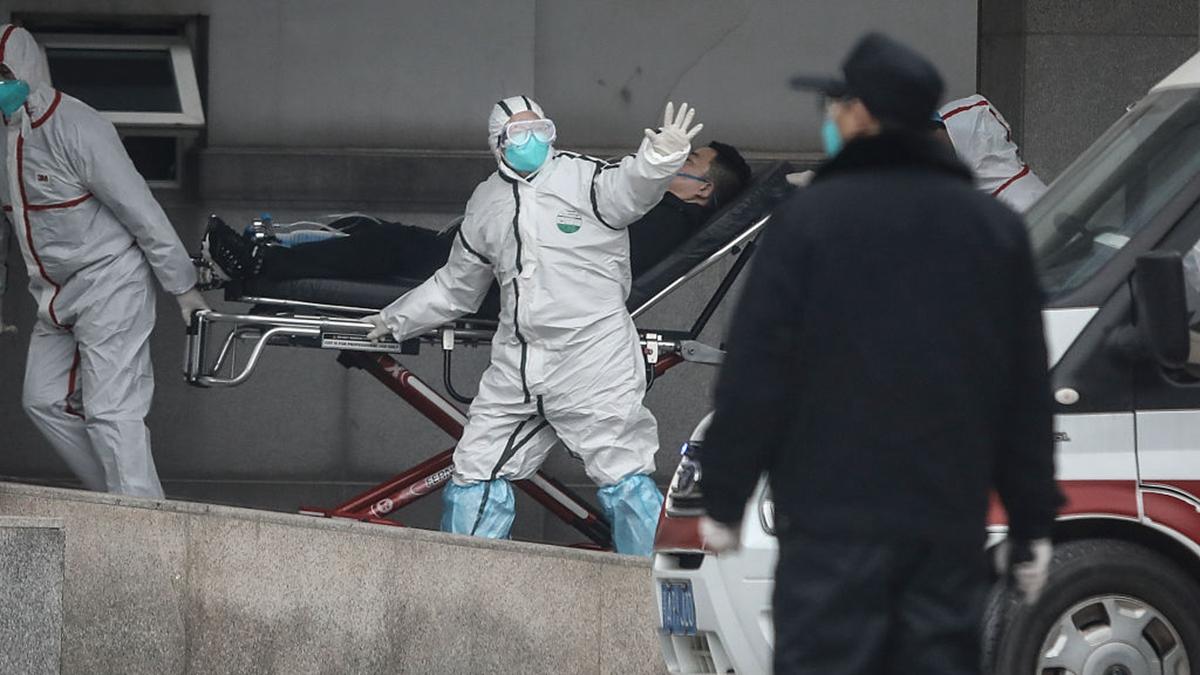 圖為武漢醫護人員收治病人。(Getty Images)