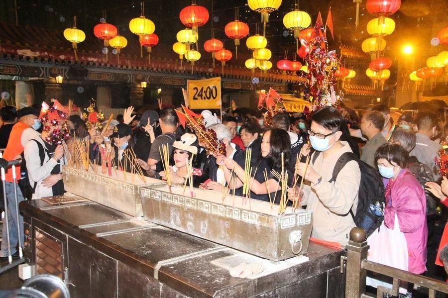 港人戴口罩搶頭炷香 憂染疫情人流減
