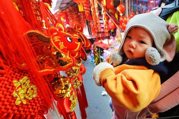 中國新年,大街小巷過年氣氛濃。(STR/AFP via Getty Images)