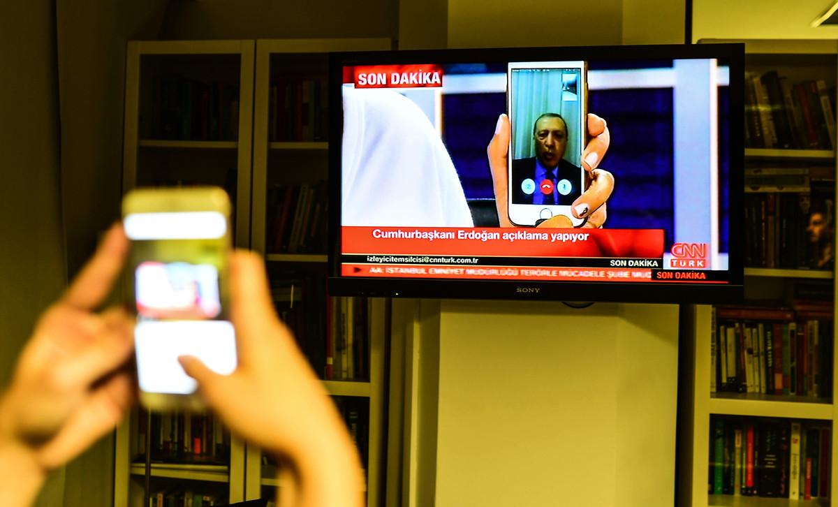 土耳其總統埃爾多安透過手機即時視訊接受CNN採訪,號召民眾走上街頭,挫敗政變。(Getty Images)