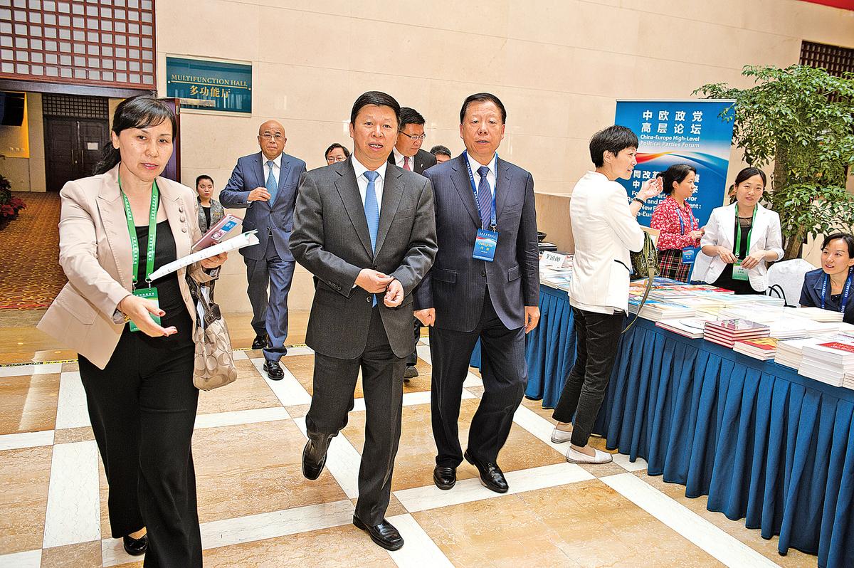 2016年5月,北京,第五屆中歐政黨高層論壇,左二為中共中聯部部長宋濤、左三為中聯部副部長陳鳳翔、後面光頭者為中聯部副部長周力。陳鳳翔與周力目前已到齡退休。(大紀元資料室)