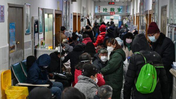 圖為武漢肺炎疫情患者暴增,醫院人滿為患。(HECTOR RETAMAL/AFP via Getty Images)