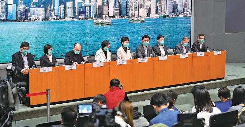 行政長官林鄭月娥昨日召開跨部門記者會,公佈多項新防疫措施。(政府新聞處)