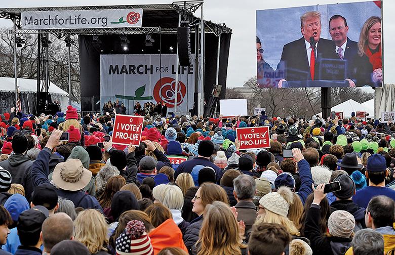 參加遊行的大批民眾。(AFP)