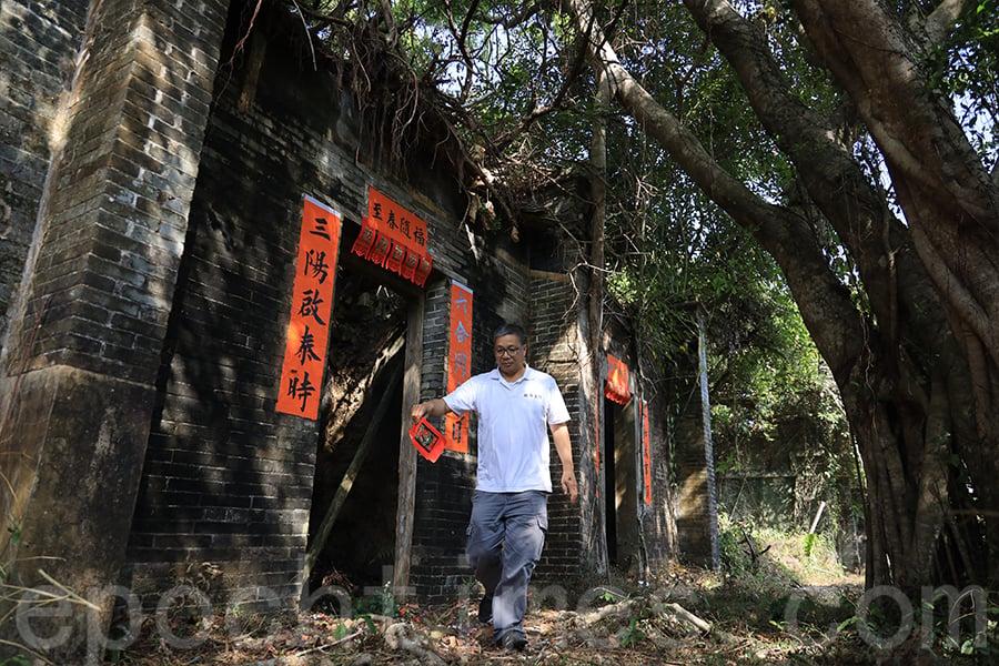 一張張手寫的揮春貼在舊屋門口,似乎讓鎖羅盆村恢復了一點生機。(陳仲明/大紀元)