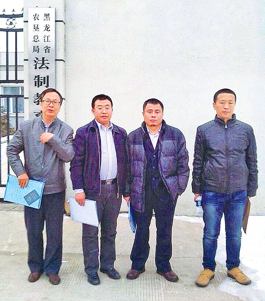 中國維權律師梁小軍、江天勇、王成和唐吉田(從左至右)分別代理了被非法拘禁在黑龍江青龍山洗腦班的法輪功學員的案件,2014年3月20日,他們到洗腦班要求會見,遭拒後被非法綁架,遭受嚴重刑訊逼供。(微博圖片)
