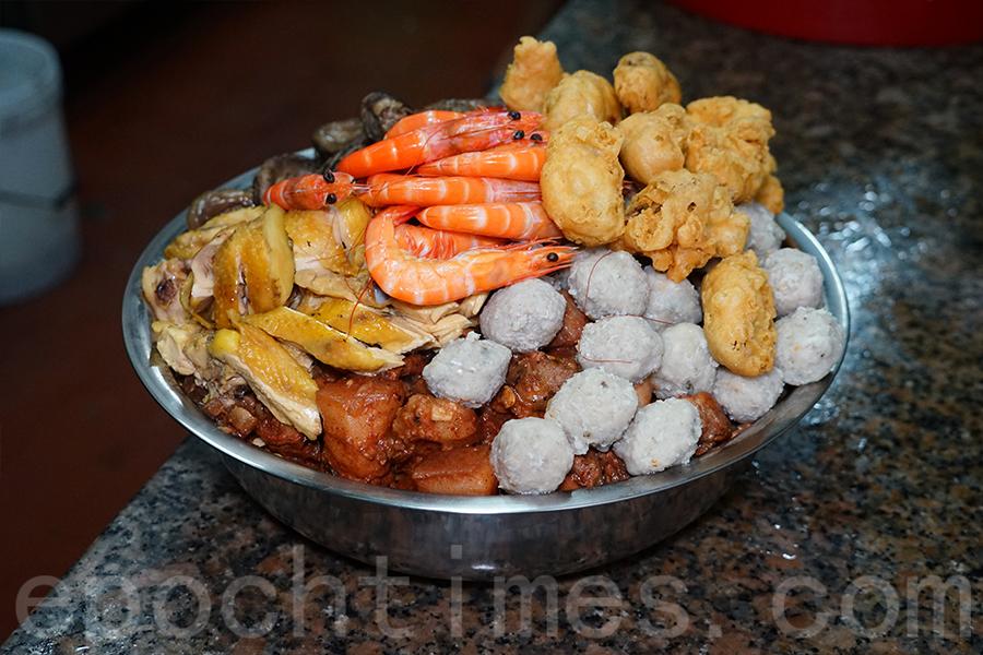 「盆菜」象徵「盆滿缽滿」、「豐衣足食」。(陳仲明/大紀元)