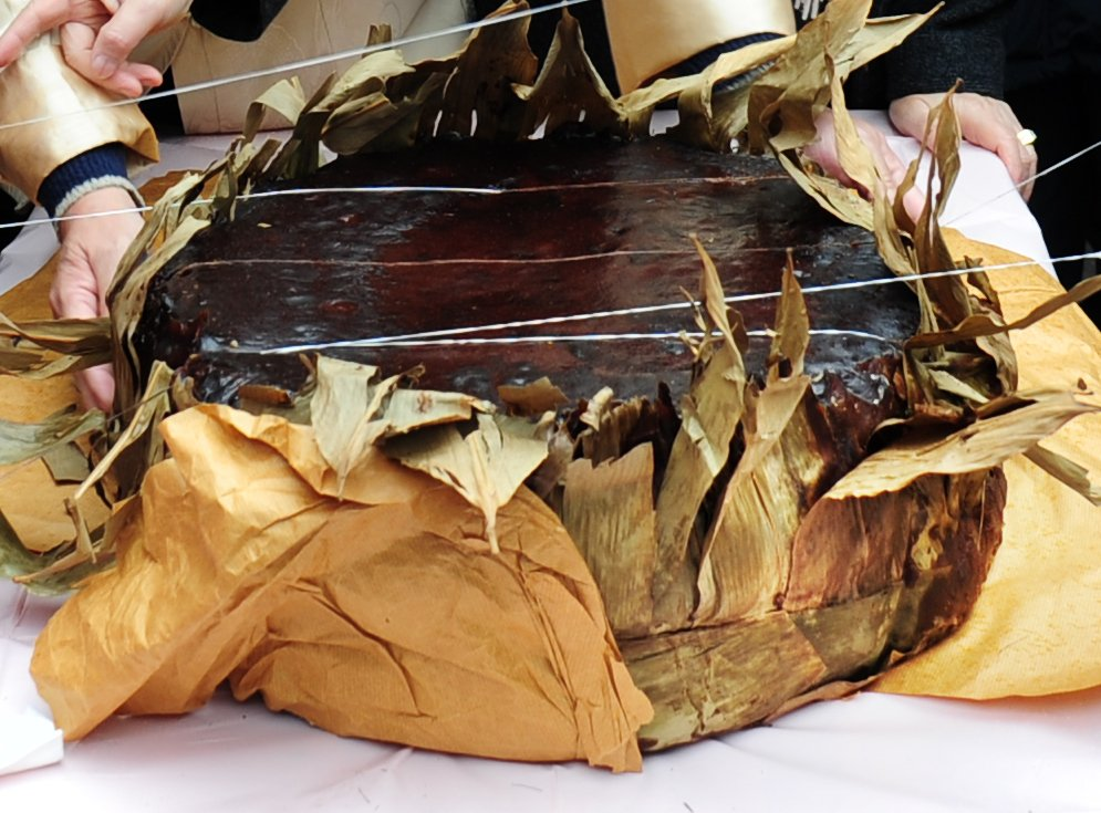 直徑2呎、90斤重的「圓籠茶粿」,象徵著豐收、感恩與「生龍活虎」。(張浩林提供)