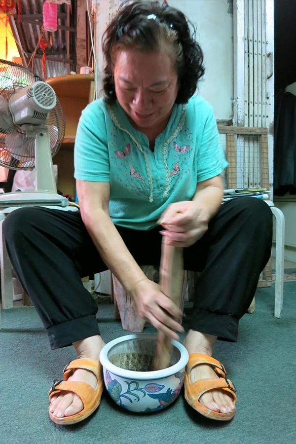 薄扶林村村民在製作菜茶。(薄扶林村提供)