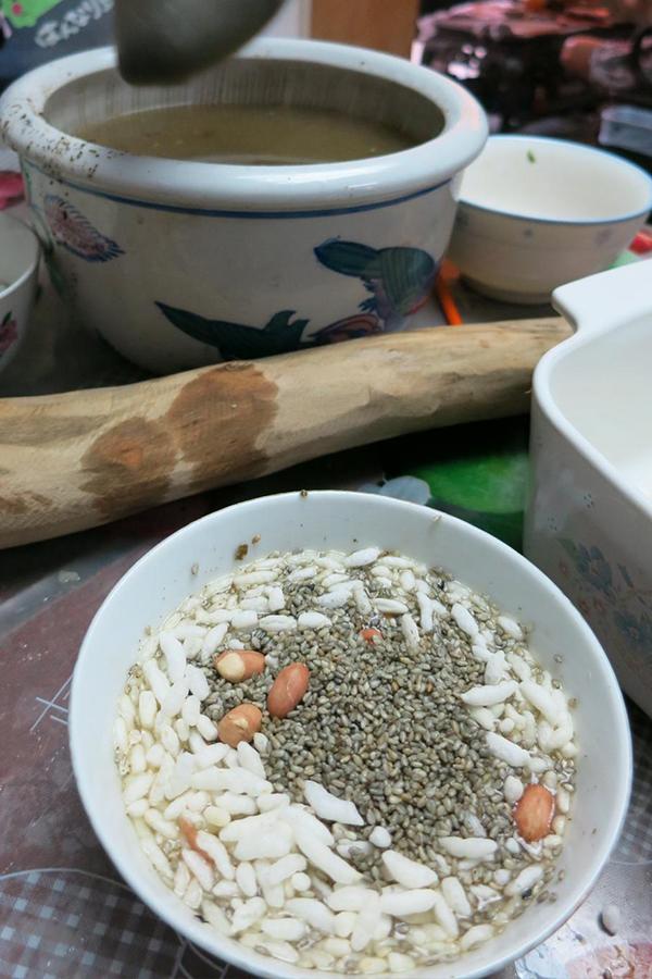 先將芹菜、菜心、椰菜、津菜等切碎、炒熟,與預先炒香之蝦米、花生、炒米等混合,然後泡以香味濃郁之香片茶(茶葉要磨碎或粉末狀),便成菜茶。(薄扶林村提供)