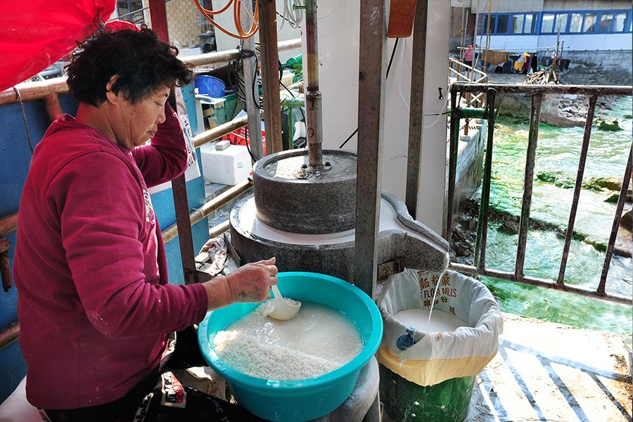 布袋澳的六嬸柴火年糕所用的糯米及粘米均由人手以石磨磨製。(張浩林提供)