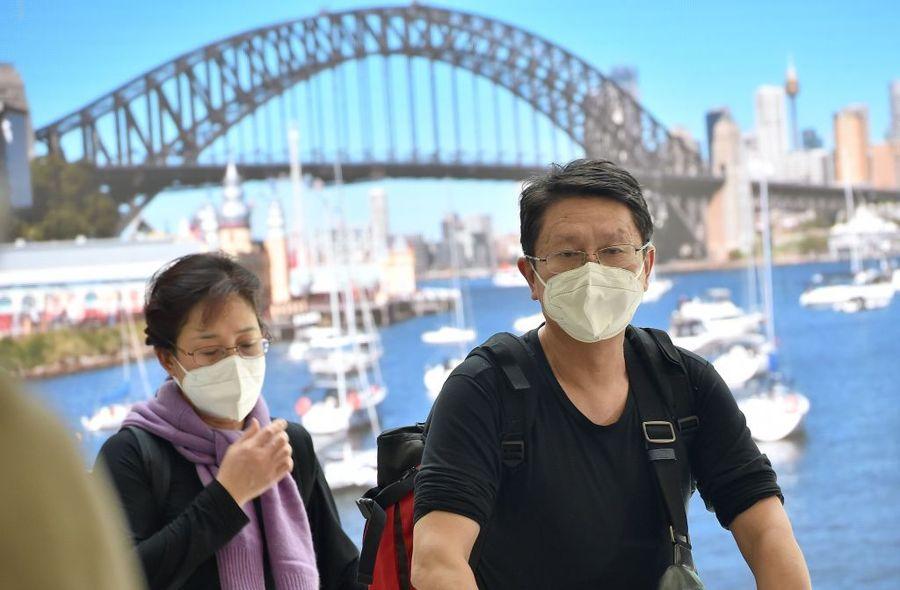 2020年1月23日,民眾戴著口罩,從中國武漢市乘坐飛機抵達悉尼機場。(PETER PARKS/AFP via Getty Images)