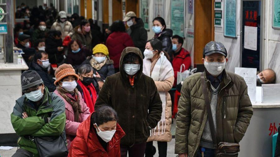 中共肺炎疫情擴散全中國,口罩匱乏,各地出現搶購口罩潮。圖為武漢某醫院,病人擠滿走道。(HECTOR RETAMAL/AFP via Getty Images)