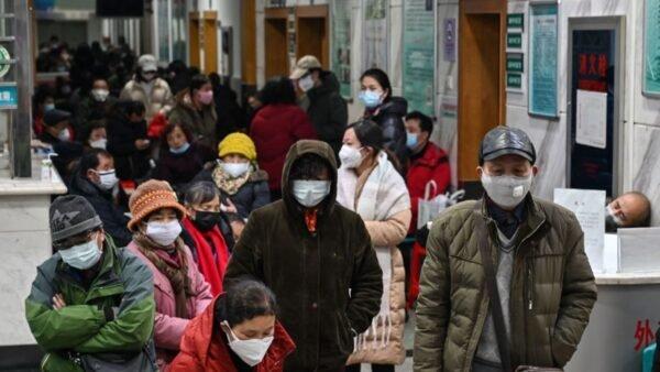 北京現首宗死亡個案,該患者從確診到死亡不到一周。目前,所有北京市省際道路客運全停。有網友推測,這是為了保全「中南海」,是「北京封城」的先兆! 據報道,湖北省委書記蔣超良說,有16萬疑似病毒攜帶者可能要進入北京和上海,中共高層暴怒,直言有動搖中共根基之大忌,決定斷指求全。(HECTOR RETAMAL/AFP via Getty Images)