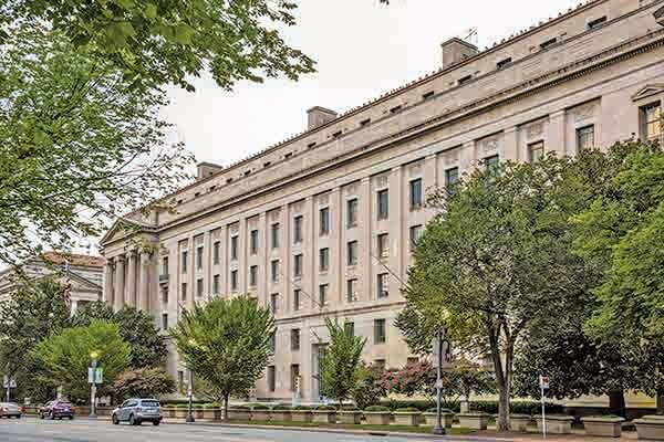 美國司法部28日指控一名中共軍方人士,指她向當局隱瞞其中尉身份,並在美國深造期間,把美方敏感的軍事文件和信息傳回中國。圖為美國司法部大樓。(Samira Bouaou /The Epoch Times)
