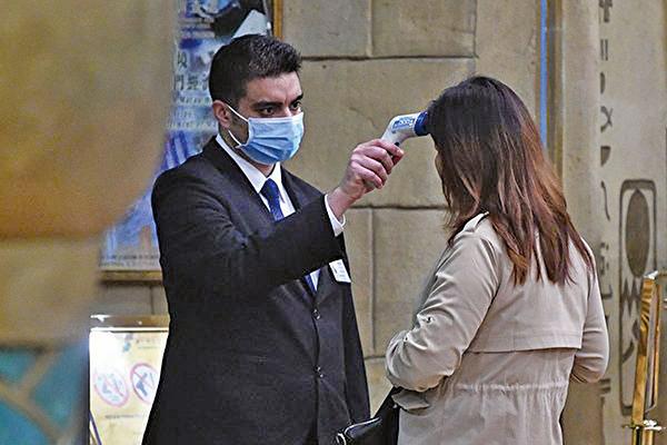 美國將在20個機場檢測武漢肺炎患者。圖為機場檢測示意圖。(ANTHONY WALLACE/AFP via Getty Images)