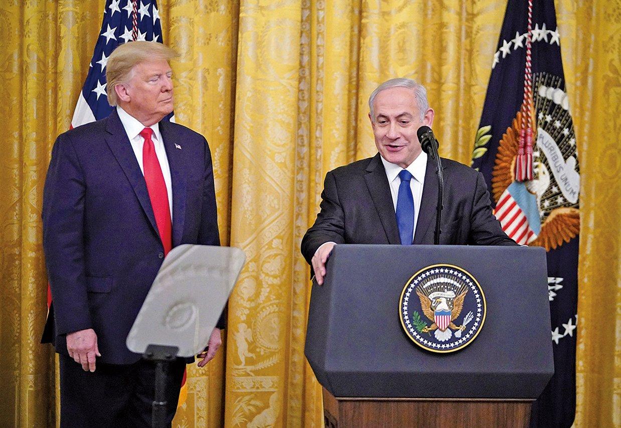 美國總統特朗普(左)於1月28日在白宮與來訪的以色列總理內塔尼亞胡(右)宣佈美國的中東和平計劃。(Getty Images)