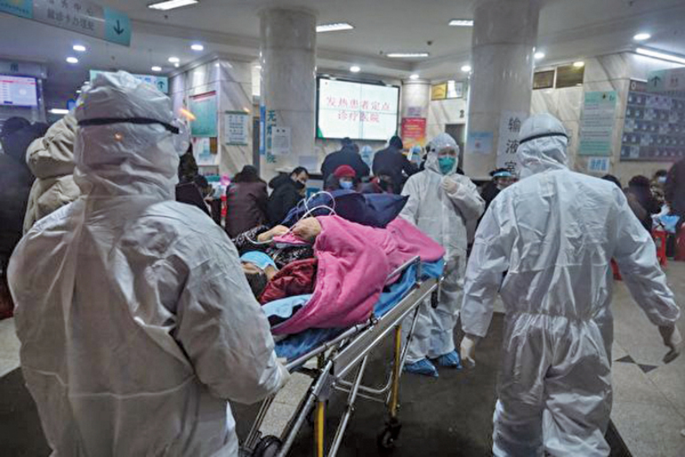 1月25日,武漢一家醫院,人滿為患。示意圖(HECTOR RETAMAL/AFP via Getty Images)
