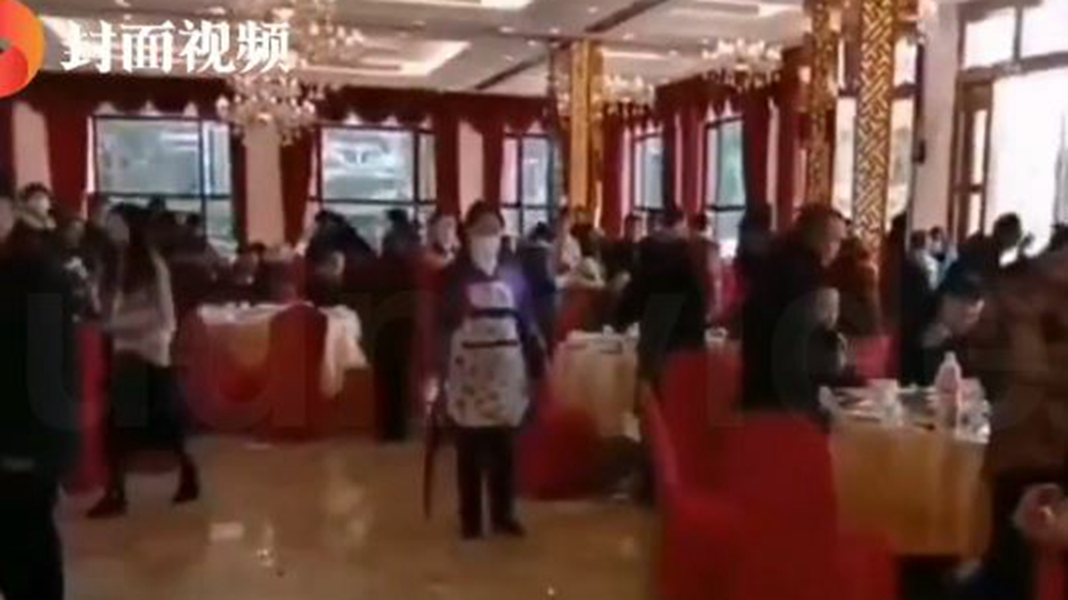 四川一對新人大年初二舉行婚宴,結果婚禮儀式一結束,婚宴熱菜都還沒上,就被當地鎮黨委書記硬生生喊卡,18桌賓客10分鐘全部散光。(影片截圖)